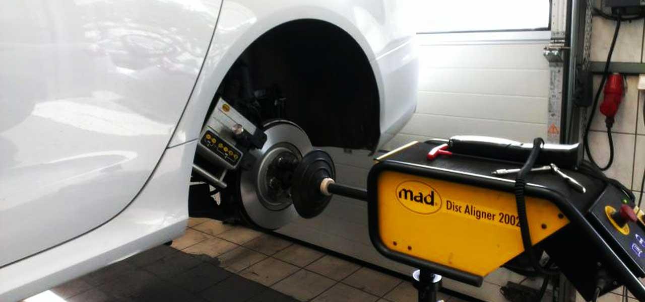 Przetaczanie tarcz hamulcowych na samochodzie